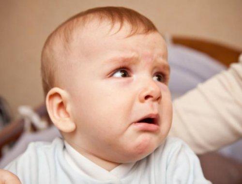 Ein Baby emotional berührt wenn die Mutter singt