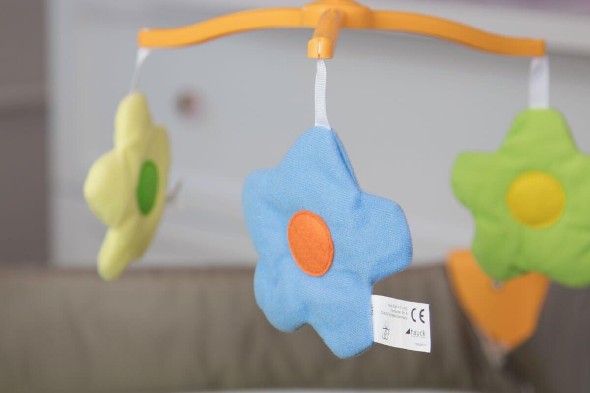 Erfahrungsbericht: Hauck Babycenter Bear Baby Reisebett im Test: Mobile mit Blumen
