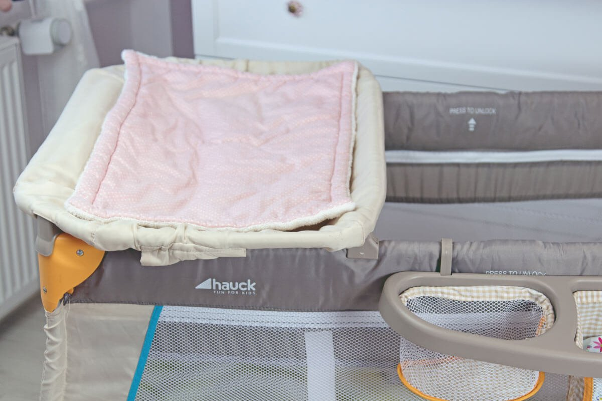 Erfahrungsbericht: Hauck Babycenter Bear Baby Reisebett im Test: Die Wickelauflage