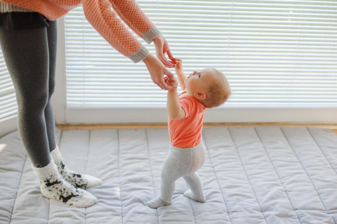Baby Zieht Beine Hoch Und Lässt Sie Fallen