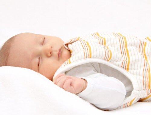 Aus diesem Grund empfehlen wir einen Schlafsack für ein Baby