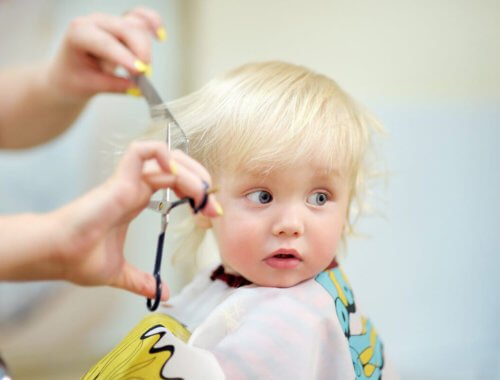 Der erste Haarschnitt von unserem Baby beim Friseur