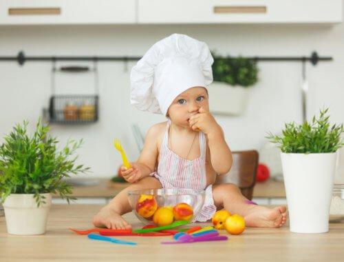 Endlich: anstelle von Milch isst unser Kind immer mehr vom Tisch mit