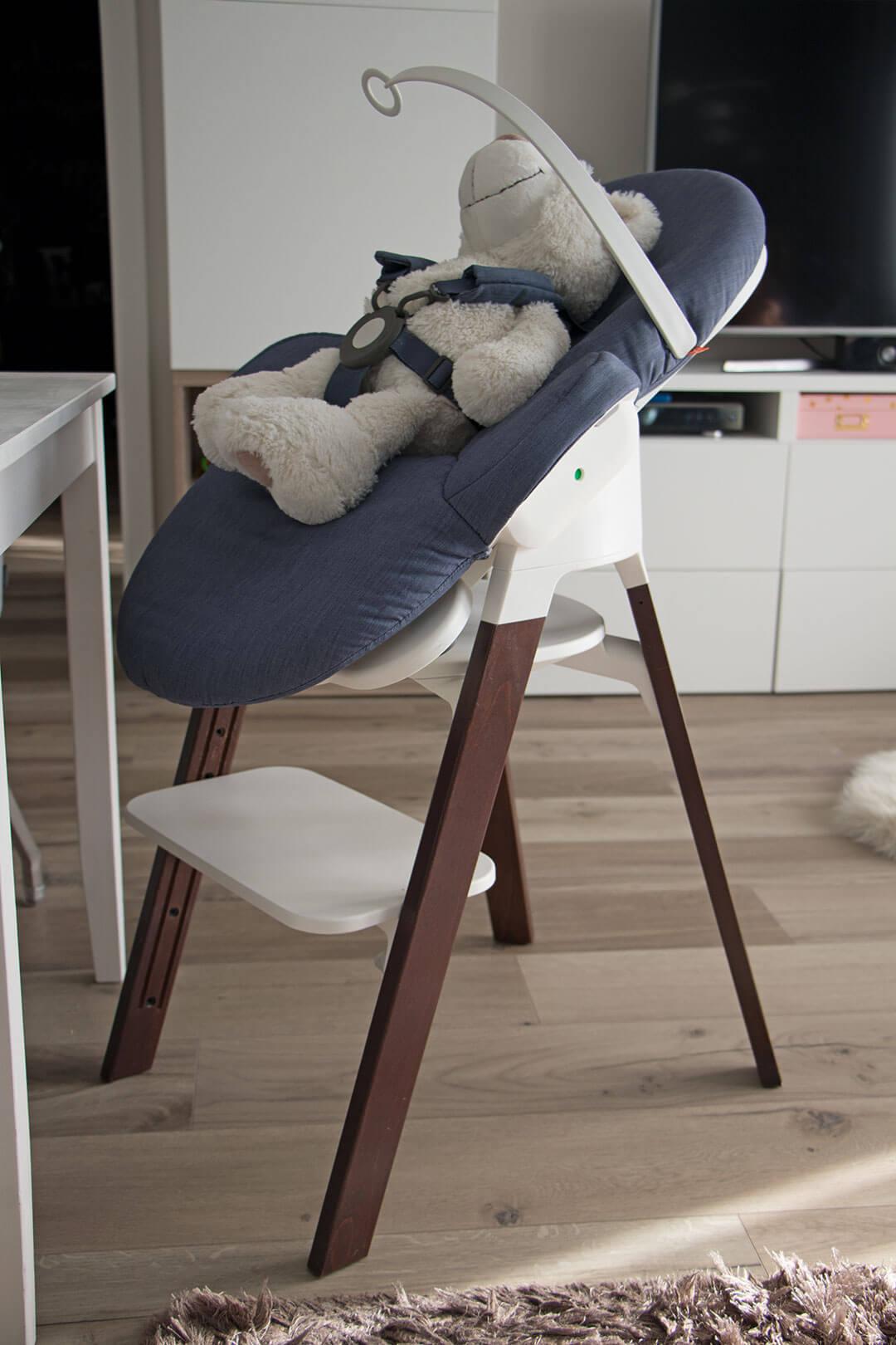 Stokke Steps Babywippe zusammen mit dem STOKKE Steps Hochstuhl