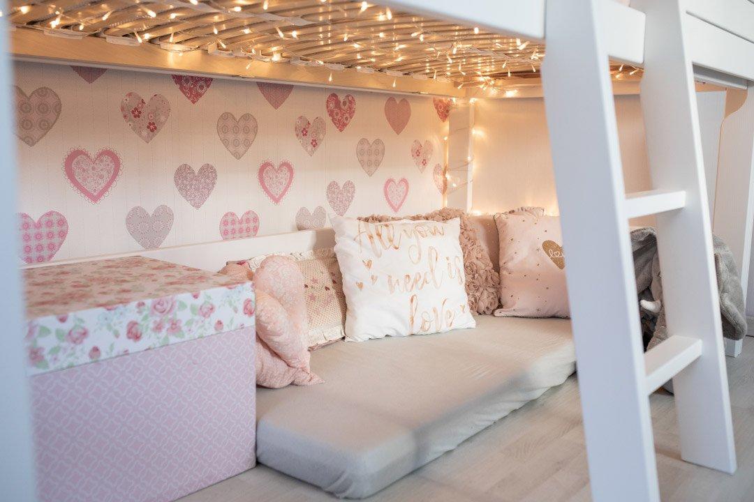 Kuschelecke unter dem Mini Hochbett Silversparkle von Lifetime Kidsrooms