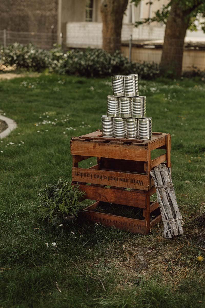 Ideen für einen DIY Outdoor Kindergeburtstag: Dosen werfen