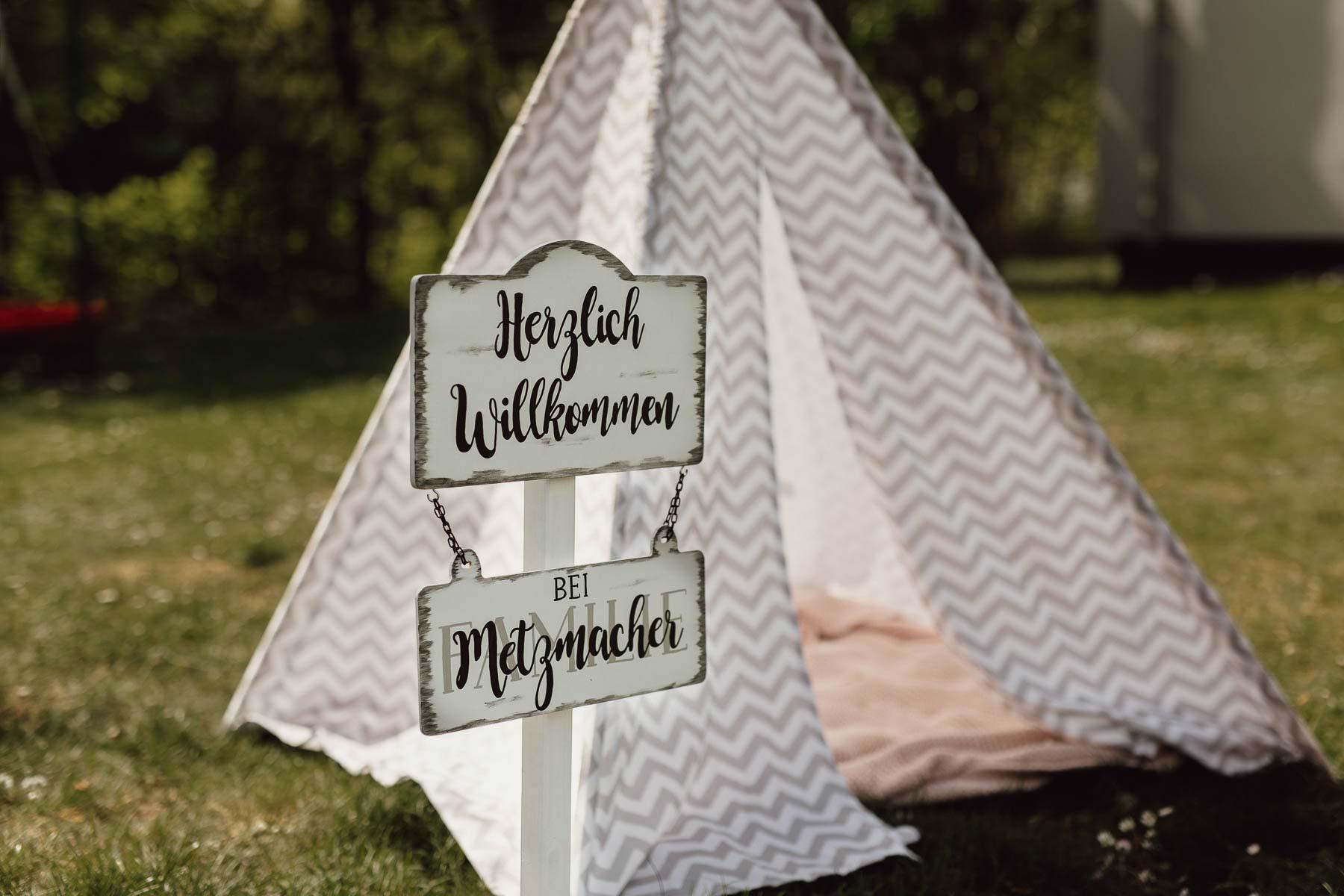 Ideen für einen DIY Outdoor Kindergeburtstag: Willkommensschild zur Deko