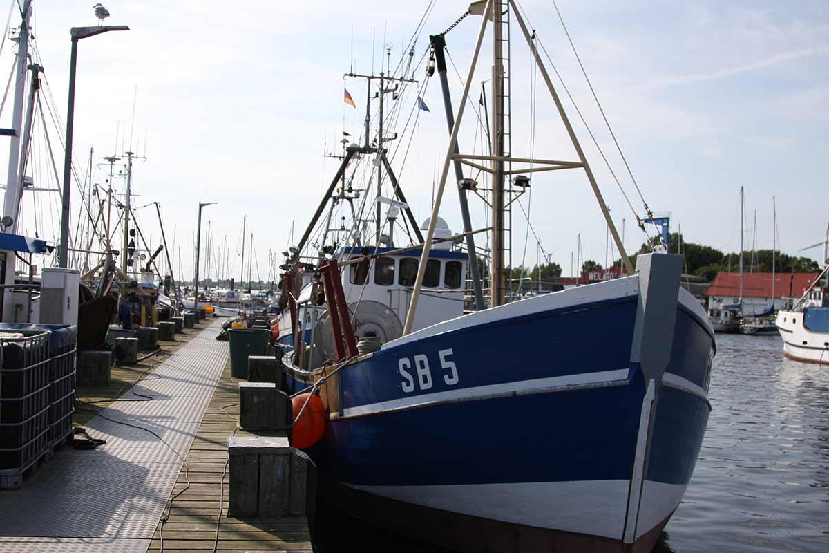 Schiff im Hafen von Burgstaaken