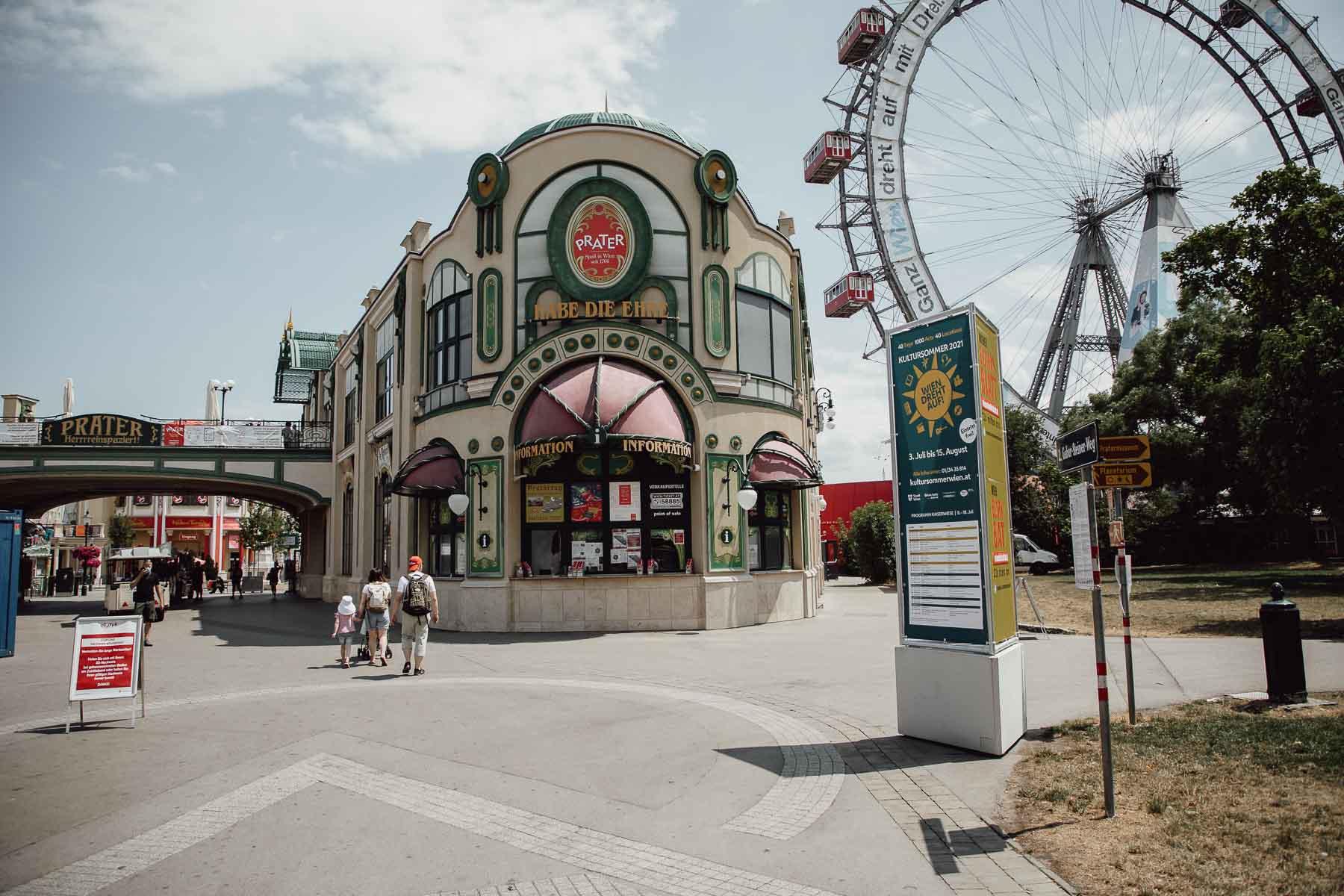 Eingang des Wiener Praters mit Informationsstand